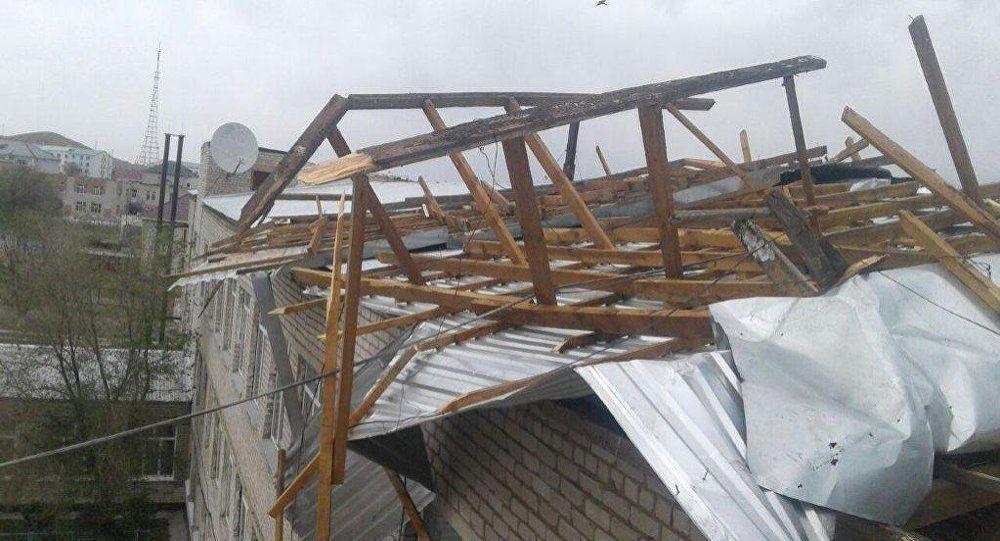 Ураганный ветер сорвал крыши нескольких домов в Кокшетау