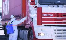 Дезинфекция грузового автомобиля на блок-посту в одном из населенных пунктов. Архивное фото