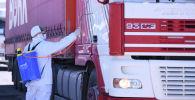 Дезинфекция грузового автомобиля на блок-посту в одном из населенных пунктов Ошской области
