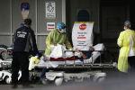 Медицинские работники принимают в пациентах на специальной зоне приема коронавируса в медицинском центре