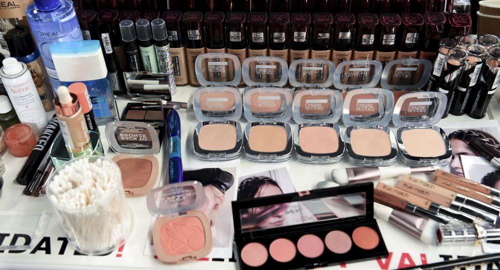 Различные косметические средства визажистов перед показом коллекции готовой одежды
