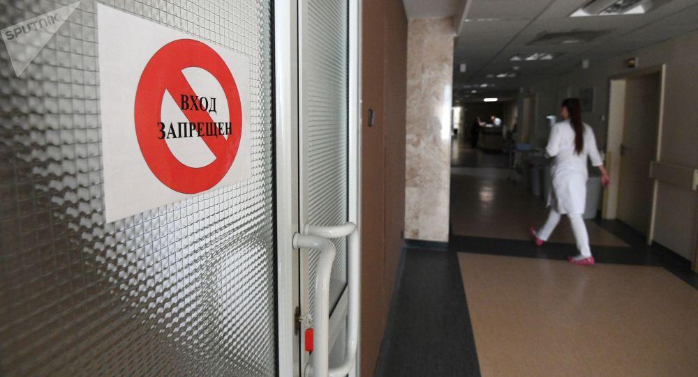 Табличка Вход запрещен на дверях отделения в больнице. Архивное фото