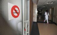 Табличка на дверях отделения в клинической больнице. Архивное фото