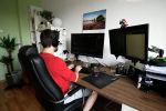 Студент работает за своим компьютером. Архивное фото