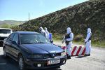 Сотрудники правоохранительных органов стоят на блокпосту в одном из населенных пунктов Ошской области