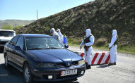 Сотрудники правоохранительных органов стоят на блокпосту в одном из населенных пунктов Ошской области. Архивное фото