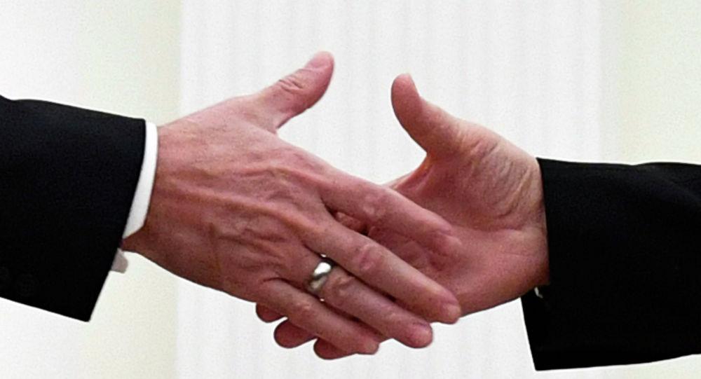 Рукопожатие мужчин. Архивное фото