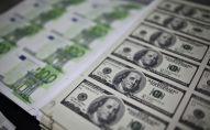 Банкноты долларов США и евро. Архивное фото