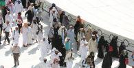 Каабаны айланып жаткан мусулмандар. Архив