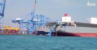 В южнокорейском порту Пусан гигантский контейнеровоз обрушил на себя огромный кран, задев его при маневрировании.