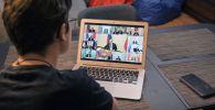 РФ лидери Владимир Путиндин губернаторлор менен онлайн жыйынын көрүп аткан бала