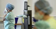 Члены медицинского персонала работают в отделении коронавирусной болезни (COVID-19) в больнице CHU de Liege в Льеже. Бельгия, 4 апреля 2020 года