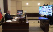 Президент РФ Владимир Путин проводит в режиме видеоконференции совещание с руководителями субъектов РФ.