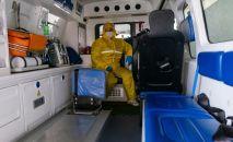Медицинский работник в машине. Архивное фото