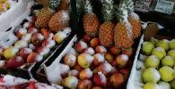 Столичный прилавок с фруктами в снегу. Архивное фото