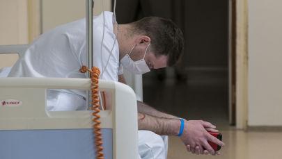 Медработник на перерыве в отделении неотложной помощи больницы