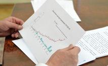 Президент Кыргызской Республики Сооронбай Жээнбеков смотрит график динамики распространения коронавируса в Кыргызстане. Архивное фото