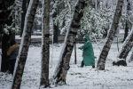 Сотрудник муниципальной службы Тазалык во время уборки от снега центр Бишкек во время непогоды