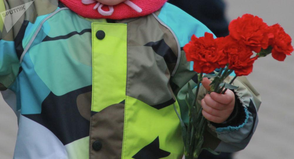 Мальчик со цветами в руке. Архивное фото
