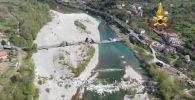 В Италии полностью разрушился автомобильный мост через реку Магра, высота которого составляла 8 метров, а длина — 400. Он соединял провинции Специя и Масса-Каррара.