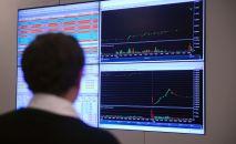 Монитор с интерактивными онлайн графиками курса доллара, евро, нефти