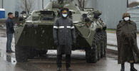 Сотрудники правоохранительных органов и военнослужащие на блокпосте при въезде в Алма-Ату, где из-за распространения коронавируса введены ограничения на въезд и выезд из города.