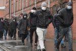 Мигранты у здания Управления Федеральной миграционной службы России. Архивное фото