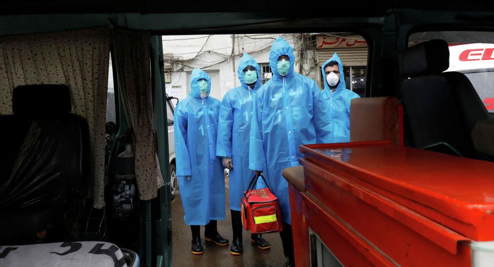 Добровольцы учений по работе с носителями коронавирусной болезни (COVID-19) в Карачи, Пакистан