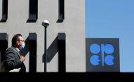 Человек проходит мимо логотипа Организации стран-экспортеров нефти (ОПЕК) перед штаб-квартирой ОПЕК в Вене. Архивное фото