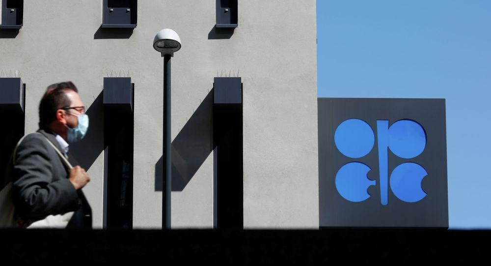 Киши Венадагы ОПЕК офистин жанында өтүп бара жатат