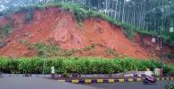 В Индонезии оползень едва не накрыл мотоциклиста, оказавшегося в эпицентре стихийного бедствия.