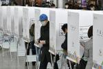 Жители Южной Кореи голосуют во время досрочных выборов