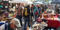 Блошиный рынок в ходе торговли в центре города. Архивное фото
