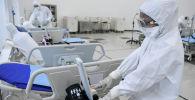 Медицинские работники проверяют устройства в больнице. Архивное фото