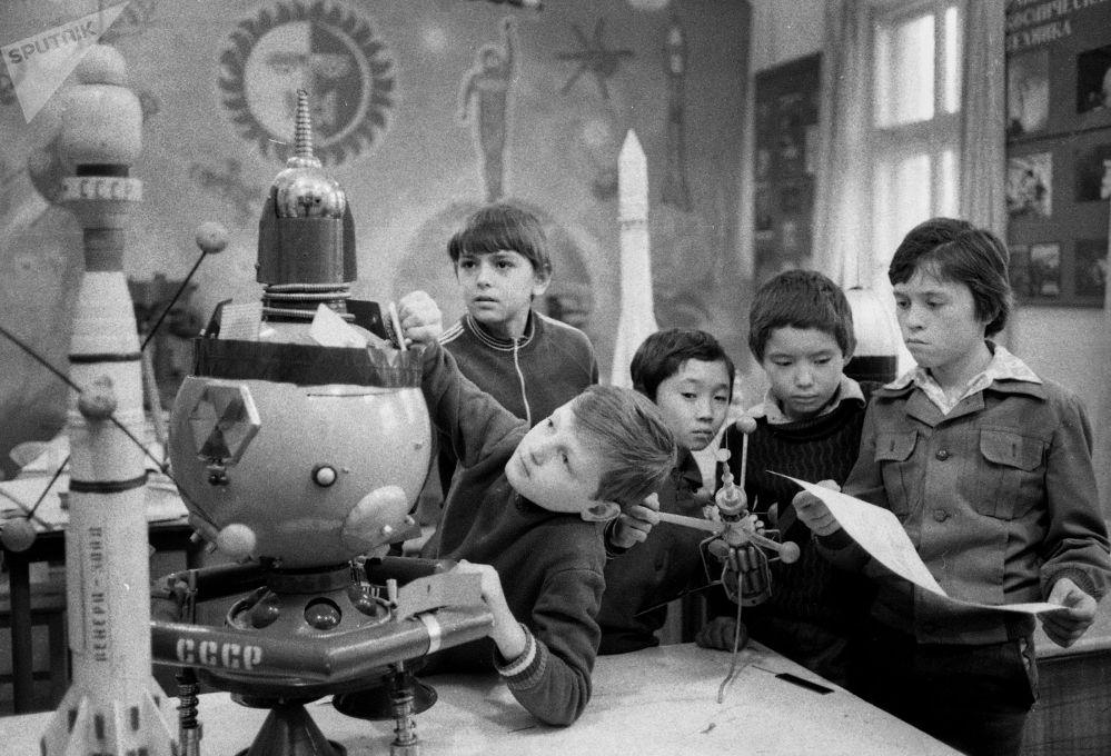 Советтик Кыргызстанда окуучулар ракеталардын макеттерин гана жасап тим болбой, инженериянын негиздерин окушкан. 1983-жыл