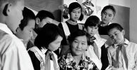 Учительница в окружении пионеров в средней школе в селе Джал Сокулукского района. 1978 год