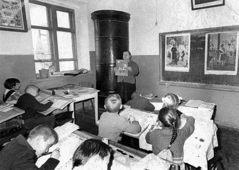 Улуу Ата Мекендик согуштан кийинки жылдарда билим берүүгө өзгөчө көңул бурулган. Ленин айылындагы мектеп, 1962-жыл.