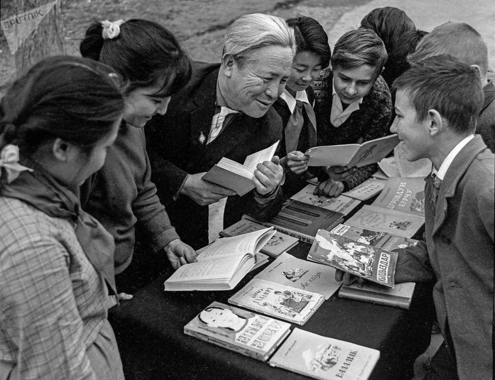 Кыргыз эл акыны Муса Жангазиев окуучулар менен