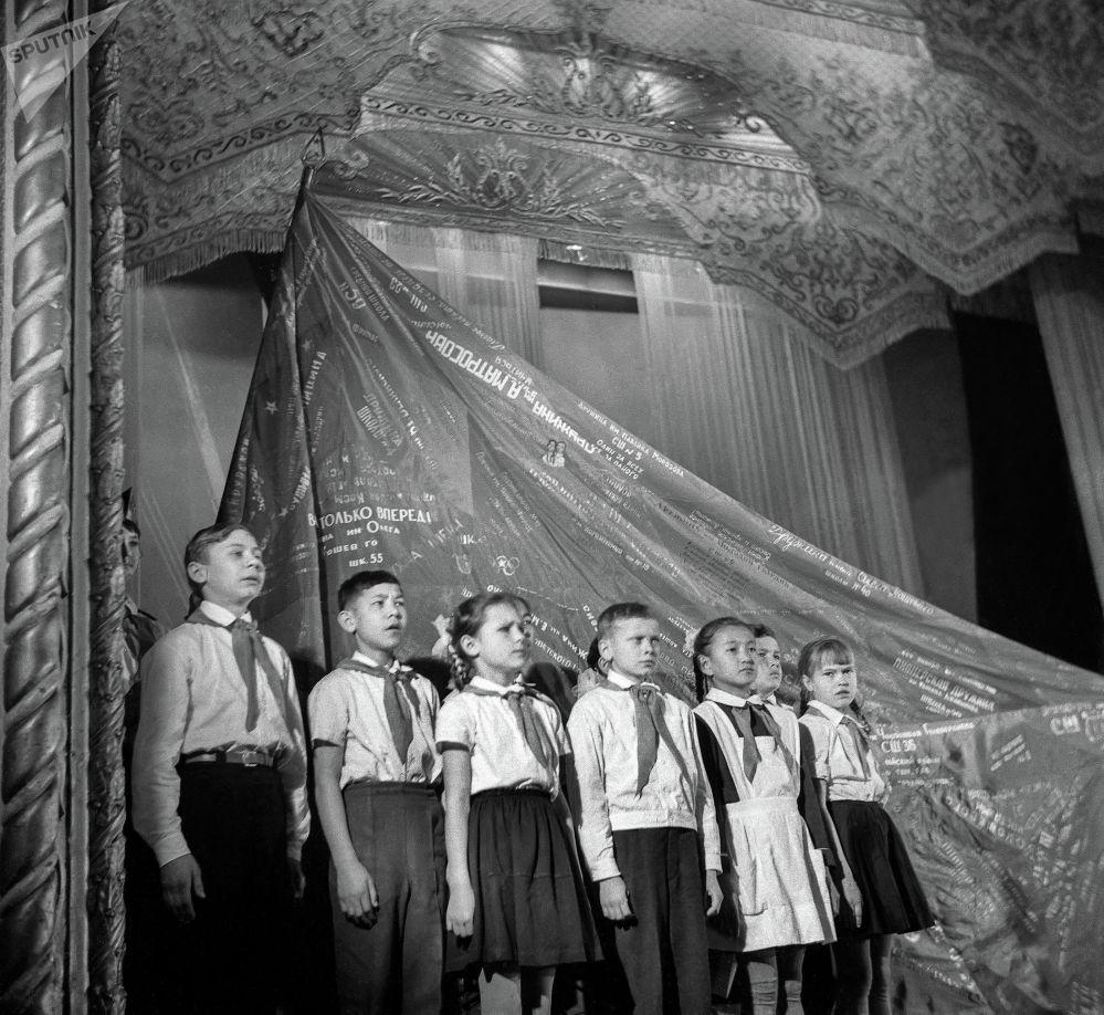 Советтер Союзу окуучуларды патриоттук духта кичинесинен тарбиялоону туура көргөн