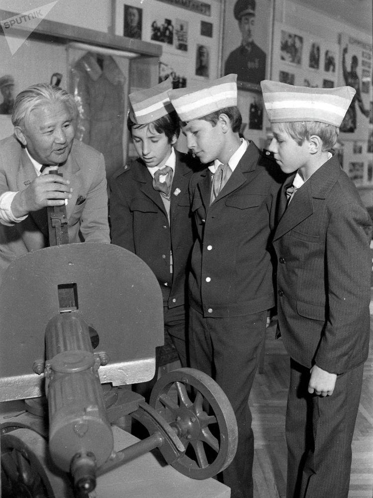 Окуучулар Улуу Ата Мекендик согуштун баатырларына арналган музейде. 1981-жыл