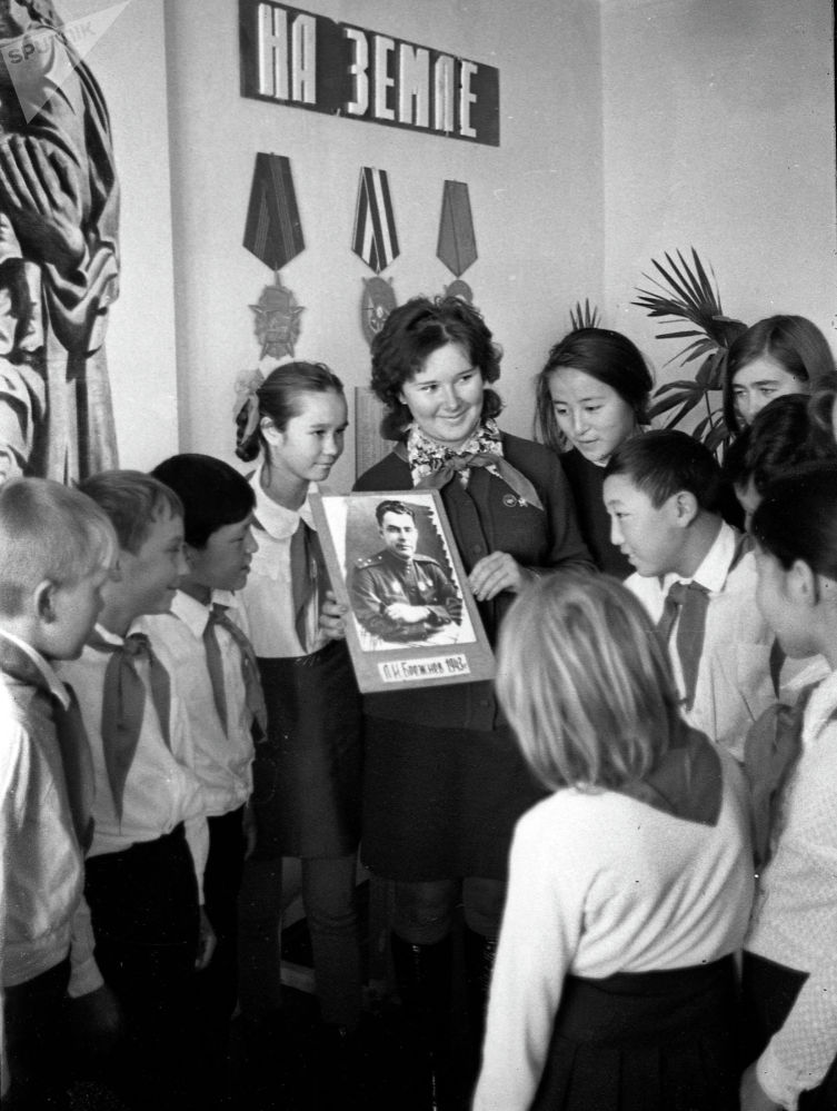 1926-жылы СССР элинин 50 гана пайызы сабаттуу болсо, 1955-жылы жашы жеткен жарандардын 100 пайызынын кат-сабаты жоюлган. Кемин районундагы мектеп, 1976-жыл.