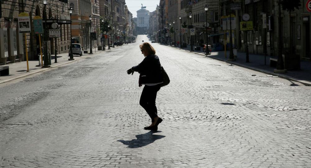 Женщина идет по улице в Риме. Италия. Архивное фото