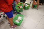 Покупатели стоят в очереди на кассу в супермаркете
