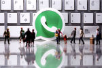3D-логотип Whatsapp с маленькими игрушечными фигурками людей. Архивное фото