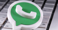 3D-логотип Whatsapp размещен на клавиатуре. Архивное фото