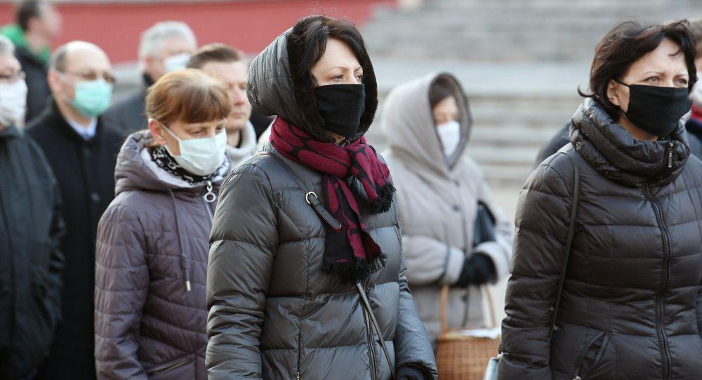 Люди в медицинских масках идущие по городу. Архивное фото