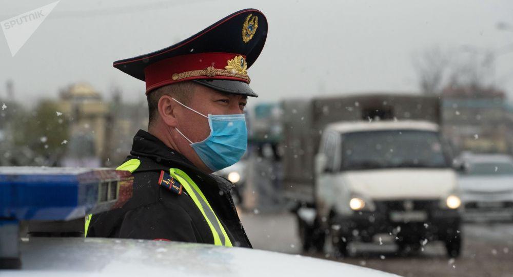 Сотрудник правоохранительных органов на блокпосте в Казахстане. Архивное фото