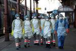 Медицинский персонал ждет, когда пациент, инфицированный коронавирусной болезнью (COVID-19), будет погружен на борт скоростного скоростного поезда TGV с медицинским обслуживанием на станции в Страсбурге, Франция