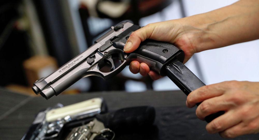 Мужчина заряжает пистолет. Архивное фото