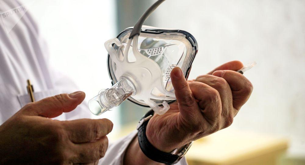 Врач держит в руках маску для искусственной вентиляции легких. Архивное фото